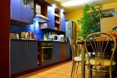 Cuisine dans l'intérieur privé de pièce de maison à Vilnius Images libres de droits