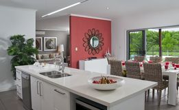 Cuisine dans la maison urbaine moderne neuve photo stock for Maison moderne urbaine