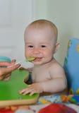 Cuisine de alimentation de bébé garçon de mère à la maison photos stock