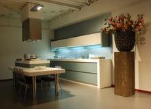 Cuisine de conception moderne vert-blanche Photographie stock