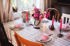 cuisine de cottage d'été décorée pour le dîner de fête Arrangement romantique de table avec des bougies photo libre de droits