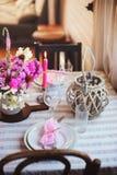 cuisine de cottage d'été décorée pour le dîner de fête Arrangement romantique de table avec des bougies et des fleurs photos libres de droits