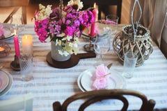 cuisine de cottage d'été décorée pour le dîner de fête Arrangement romantique de table avec des bougies et des fleurs photo stock