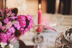cuisine de cottage d'été décorée pour le dîner de fête Arrangement romantique de table avec des bougies et des fleurs photos stock