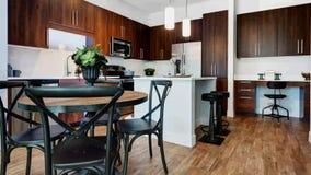 Cuisine de luxe d'appartement et salle à manger banque de vidéos