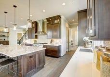 Cuisine de luxe dans une maison de nouvelle construction image stock