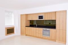 Cuisine de luxe toute neuve et espace vivant Photographie stock libre de droits