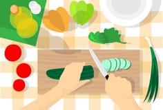 Cuisine de Tableau de procédé de cuisson coupant la vue d'angle supérieur saine de nourriture de légumes de concombre Photo libre de droits