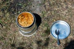 Cuisine du ` s de Backpaker dans l'action Photographie stock libre de droits