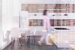 Cuisine en bois, compteurs blancs, table modifiée la tonalité Photographie stock