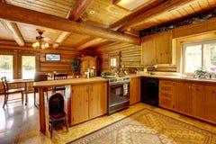 Cuisine en bois de cabine de log avec le type rustique. images libres de droits