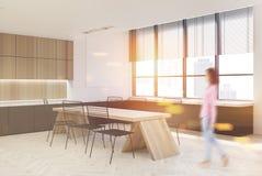 Cuisine en bois intérieure, partie supérieure du comptoir foncées, fille Image libre de droits