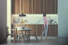 Cuisine en bois intérieure, table ronde modifiée la tonalité Image stock