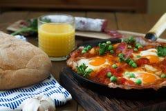 Cuisine espagnole Oeufs sur des légumes, style andalou Huevos un flamenca de La Images stock