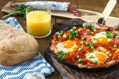Cuisine espagnole Oeufs sur des légumes, style andalou Huevos un flamenca de La Photo stock