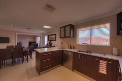 Cuisine et salle à manger dans la maison de luxe Photo stock