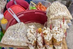 Cuisine extérieure en l'Equateur, les apéritifs nationaux du maïs, grillé, bouilli et du maïs éclaté photo stock