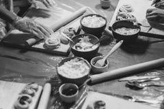 Cuisine, faisant cuire des produits de la pâte Images libres de droits