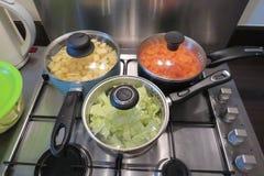 Cuisine familiale sur un aliment d'?bullition de fraise-m?re de gaz dans la grande casserole photos libres de droits