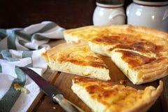 Cuisine française Tarte de fromage de Norman Camembert Images stock