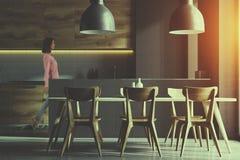 Cuisine grise et en bois avec une table modifiée la tonalité Photographie stock libre de droits