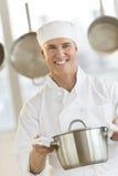 Cuisine heureuse de message publicitaire de Holding Utensil In de chef photo libre de droits