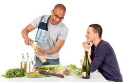 Cuisine homosexuelle de couples d'appartenance ethnique mélangée Images libres de droits