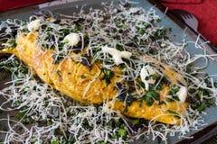 Cuisine italienne - omelette avec des herbes et des échalotes photo stock