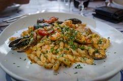 Cuisine italienne - pâtes avec des fruits de mer photographie stock libre de droits