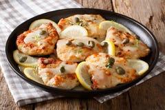 Cuisine italienne : piccata de poulet avec le plan rapproché de sauce horizontal Photo stock