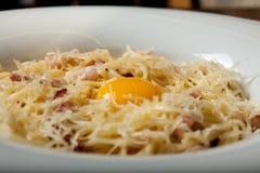 Cuisine italienne, poche d'oeufs, spaghetti, pâte de carbonate photographie stock