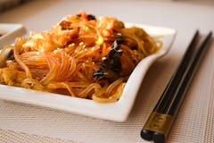 Cuisine japonaise - nouilles frites (udon) avec du boeuf et des légumes Photo stock