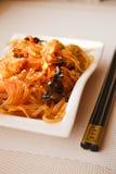 Cuisine japonaise - nouilles frites (udon) avec du boeuf et des légumes Images libres de droits