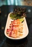 Cuisine japonaise - petit pain de sushi avec le lard Photos libres de droits