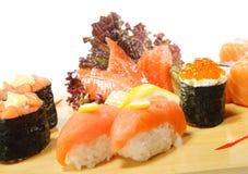 Cuisine japonaise - positionnement de sushi Photo libre de droits