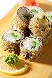 Cuisine japonaise - roulis de sushi cuit en friteuse Image stock