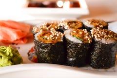 Cuisine japonaise. Sushi de Maki. Hosomaki, maki d'Unagi, anguille, avocat Photographie stock libre de droits