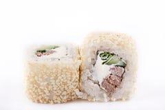 Cuisine japonaise, sushi réglé : roulez avec le fromage de veau et fondu, le concombre, l'oignon vert et le sésame sur un fond bl Images libres de droits