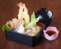 Cuisine japonaise tempura Légume cuit à la friteuse de mélange sur le backg Images libres de droits