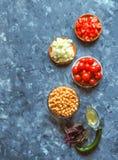 Cuisine - légumes organiques colorés frais, vue supérieure Plan de travail en pierre gris comme fond Disposition avec l'espace de Image stock