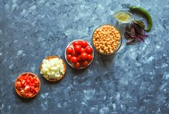 Cuisine - légumes organiques colorés frais, vue supérieure Plan de travail en pierre gris comme fond Disposition avec l'espace de Images stock