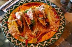 Cuisine mexicaine - nachos avec un côté Photographie stock libre de droits