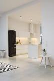 Cuisine minimaliste moderne dans la maison spacieuse Images libres de droits