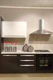 Cuisine moderne avec les décorations abstraites et minimalistes Photos stock