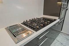 Cuisine moderne dans un appartement de luxe Photo stock