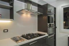 Cuisine moderne dans un appartement de luxe Image libre de droits