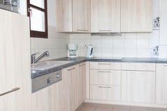Cuisine moderne et propre dans une nouvelle maison photographie stock
