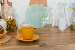 Cuisine moderne ? la maison avec la vaisselle de cuisine photos stock
