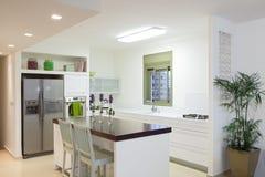 Cuisine neuve dans une maison moderne Images stock