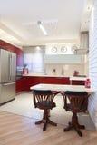 Cuisine neuve dans une maison moderne Photos stock